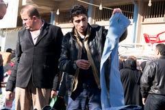 Compra iraquiana do homem para a roupa do inverno Foto de Stock Royalty Free