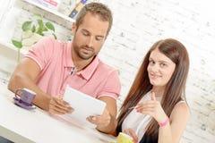 Compra joven de los pares en Internet con la tarjeta de crédito Foto de archivo libre de regalías
