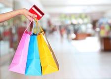 Compra! Mão fêmea que guarda sacos de compras coloridos Imagem de Stock