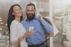 Compra madura feliz dos pares na alameda foto de stock