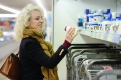 Compra mesquinho da mulher para produtos láteos Fotografia de Stock Royalty Free