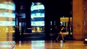 Compra na noite vídeos de arquivo