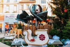Compra ocupada do Natal com decorações da rua Fotografia de Stock