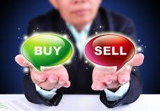 Compra ou sell da exibição do homem de negócios Fotos de Stock