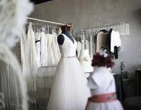 Compra para o vestido do vestido de casamento fotografia de stock royalty free