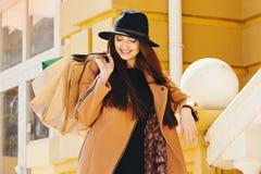 Compra preta de sexta-feira Menina atrativa e alegre que anda a cidade com compras Conceito da compra foto de stock royalty free