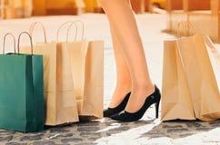 Compra preta de sexta-feira Menina atrativa e alegre que anda a cidade com compras Conceito da compra imagem de stock