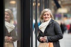 Compra superior bonita da janela da mulher na cidade Inverno Imagem de Stock Royalty Free