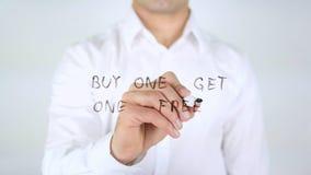 A compra uma obtém um livre, escrita do homem em vidro, escrito à mão Foto de Stock Royalty Free
