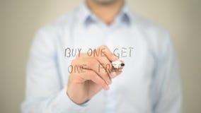 A compra uma obtém um livre, escrita do homem na tela transparente Foto de Stock