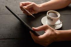 Compra y giros postales a través de la tableta Foto de archivo libre de regalías