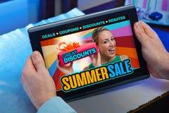 Comprador com tabuleta em uma loja em linha com um anúncio do purch fotos de stock
