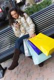 Comprador con el teléfono móvil Foto de archivo libre de regalías
