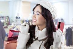 Comprador con la tarjeta de crédito en la alameda Fotos de archivo