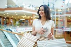 Comprador con los bolsos Foto de archivo libre de regalías