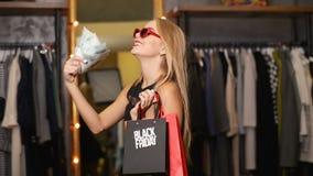 Comprador con los bolsos y el dinero almacen de video