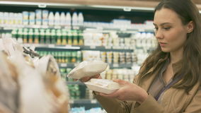 Comprador de la mujer en la sección de los dulces en el supermercado almacen de video