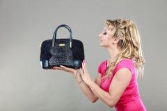 Comprador de mujer elegante con el bolso azul del dep Foto de archivo