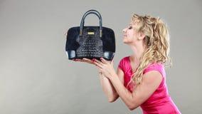 Comprador de mujer elegante con el bolso azul del dep Foto de archivo libre de regalías