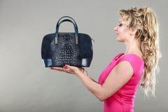 Comprador de mujer elegante con el bolso azul del dep Imagen de archivo libre de regalías