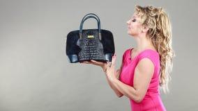 Comprador de mujer elegante con el bolso azul del dep Fotografía de archivo