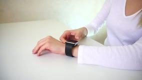 A comprador del ayudante de tienda mostrando cómo trabajar con el reloj elegante almacen de video
