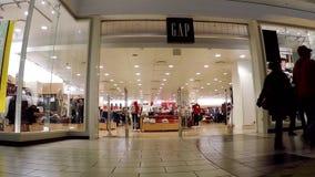 Comprador dentro de la alameda de compras del centro de Coquitlam almacen de metraje de vídeo