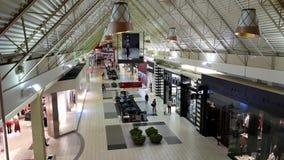 Comprador dentro de la alameda de compras del centro de Coquitlam almacen de video