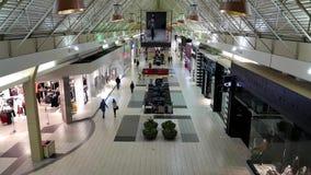 Comprador dentro de la alameda de compras del centro de Coquitlam metrajes