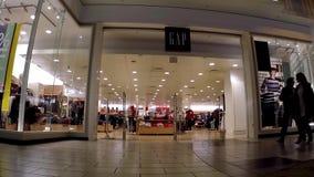 Comprador dentro de la alameda de compras del centro de Coquitlam delante de la tienda de Gap metrajes