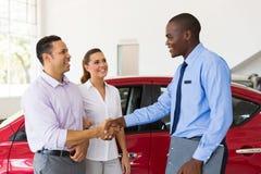 Comprador do aperto de mão do vendedor de carro imagens de stock