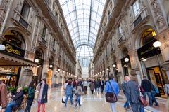 Comprador en el Galleria comercial Vittorio Emanuele II en Milán Fotos de archivo