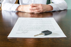 Comprador femenino del coche que se sienta delante de contrato imagenes de archivo