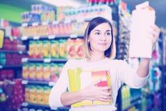 Comprador femenino que busca para las bebidas Fotografía de archivo libre de regalías