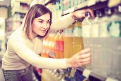 Comprador femenino que busca para las bebidas Foto de archivo libre de regalías