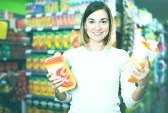 Comprador femenino que busca para las bebidas Imágenes de archivo libres de regalías