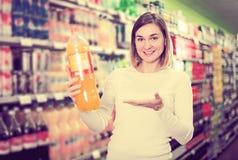 Comprador femenino que busca para las bebidas Fotos de archivo libres de regalías