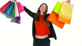 Comprador femenino que sostiene los panieres multicolores en el fondo blanco en estudio Deje el ` s ir concepto que hace compras metrajes