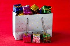 Comprador por completo de regalos de Navidad fotos de archivo