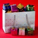 Comprador por completo de regalos de Navidad fotos de archivo libres de regalías