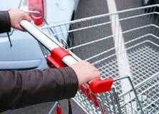 Comprador que empuja el carro vacío Fotografía de archivo libre de regalías