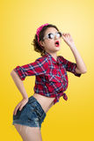Comprador retro sorprendido jóvenes de la mujer con Pin Up Makeup st retro Imagenes de archivo