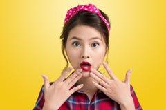 Comprador retro sorprendido jóvenes de la mujer con Pin Up Makeup st retro Fotos de archivo