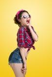Comprador retro sorprendido jóvenes de la mujer con Pin Up Makeup st retro Imagen de archivo libre de regalías
