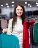 Comprador sonriente en la tienda de moda Imagen de archivo libre de regalías