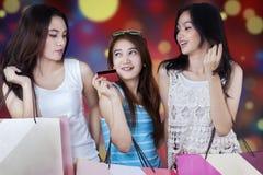 Compradores adolescentes que usan la tarjeta de crédito para hacer compras Fotografía de archivo