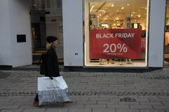 COMPRADORES DE BLACK FRIDAY EN COPENHAGUE DINAMARCA Imagen de archivo libre de regalías