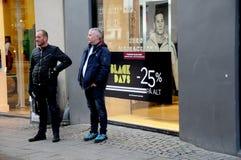 COMPRADORES DE BLACK FRIDAY EN COPENHAGUE DINAMARCA Imágenes de archivo libres de regalías