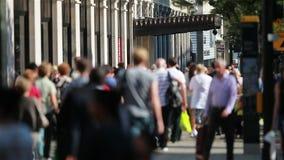 Compradores de Londres del West End en la calle de Oxford almacen de metraje de vídeo