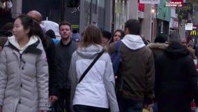 Compradores de Oxford Street, Londres, Inglaterra almacen de metraje de vídeo